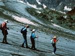 Das raue Eis im abfallenden Hang des Chessjengletschers war gut begehbar. Oben Egginerjoch, links davon die eingefraeste Wegspur zur Britanniahuette.