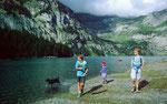 Unsere Kinder spielten am Oeschinensee mit einem fremden Hund. Hinter dem See das Gebiet von Unterbärgli.