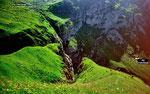 Felsband zwischen Ober- und Unterbärgli, durch das der erkennbare Steig führt
