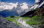 Blick von der hohen Seitenmoräne von Breithorn- und Tschingelgletscher über das Gletschervorfeld auf das Jungfraumassiv. Zunehmend drangen Wolken ins Tal.