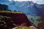 Das Kandertal über steilen Felsen. Fotostandort oberhalb der Doldenhornhütte