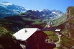 Geltenhütte (2203 m). ImHintergrund Wildhorngruppe.