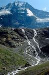 Abfluss des Breithorngletschers mit Wasserfällen. Die 1200 m hohe Nordwand mit den großen eisbalkonen.