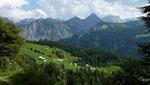 Blick zur Parzelle Seewald und zu den hohen Bergen im großen Walsertal mit der Roten Wand