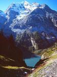 Fast 2100 m erhebt sich der Gipfel des 3643 m hohen Doldenhorns über dem Oeschinensee