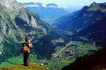 Jagdaufseher am Rand des Steilabfalls. Tiefblick auf Kandersteg und talauswärts zum Nießen.