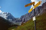 Wegweiser auf Obersteinberg. Wer nicht zum Oberhornsee hinauf will, kann hier über Trachselauenen nach Stechelberg absteigen.