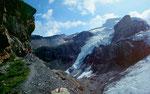 Blümlisalphütte und -gletscher vom Weg auf der Seitenmoräne
