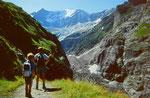 Unsere Kinder auf dem Weg von der Pfingstegg Seilbahnstation zum Restaurant Stieregg über dem Unteren Grindelwaldgletscher. Im Hintergrund die über 4000 m hohen Fiescherhörner über dem Fieschergletscher.