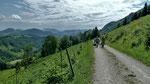 Eine Zeit lang fuehrt der Wanderweg im Osthang des Schiefersteins entlang