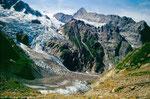 Der Zusammenfluss von Fieschergletscher und Unterem Eismeer bildet den Unteren Grindelwaldgletscher. In der Bildmitte hinten der Eiger mit dem langen Mittelegigrat.