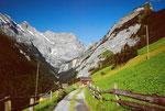 Auf dem Weg von Gimmelwald ins Sefinental unterwegs. Im Hintergrund Tschingelspitz, Gspaltenhorn und Bütlassen.