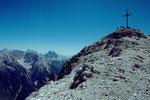 Der Schlussanstieg zum Gipfelkreuz de Duerrensteins. Im Hintergrund links die Drei Zinnen.