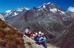 Rast am Hoehenweg zum Berghaus Plattjen mit Sicht auf die Weißmiesgruppe