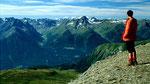 Herrliche Fernsicht +ber das Unterengadin zu den Berninagipfeln und Albulabergen