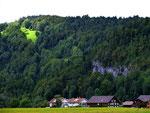 Ortsteil Wilbinger und Klausberg. Auf der bewaldeten Geländerippe oberhalb des felsigen Steilgeländes verläuft der von uns abwärts begangene, markierte Steig.