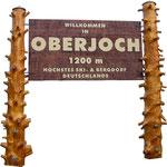 Ortseingangstafel aus Holz, beidseitig beschriftet