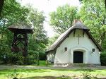 Schilfdachkapelle mit Glockenturm