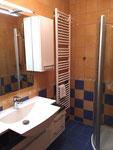 Bad im Obergeschoss mit Fußbodenheizung, Dusche und WC