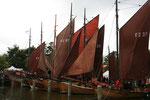 ...auf jedem Holzboot in seiner Startposition, von welcher aus...