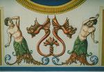 Tritonen (männliche Begleiter von Neptun) mit Löwendrachen (Attribut des Herkules)