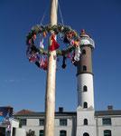 Maibaum vor Timmendorfer Leuchtturm