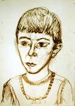 Junge mit Perlenkette vom Kinderheim