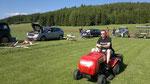Lengi dreht mit dem Rasenmähertraktor seiner Eltern voller Eifer seine Runden. D A N K E !!!