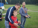 Harald unterstützt den Schüler beim fliegen