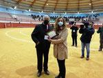 La Teniente de Alcalde, Dña. Ana Melgar junto a D. Eduardo Ordoñez recibe el agradecimiento de las Escuelas