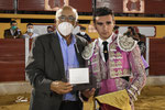 José de los Reyes recibe de D. Eduardo Ordoñez el trofeo como '2º Clasificado'