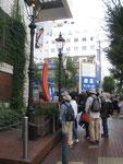 日本最初のガス灯(両脇に復元したガス灯)