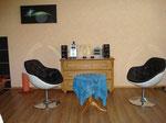 Seminarraum mit Lichtwesen, 2 auf den Stühlen, 1 als Orb im Bild