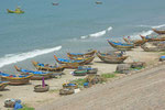 Hunderte von solchen Booten am Strand