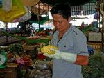 Er schält uns eine Ananas