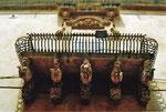 Barockfiguren halten den Balkon