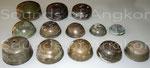 Échantillonnage de cloches angkoriennes vues de trois-quart.