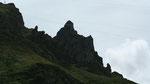Puy-de-Sancy - La découpe rocheuse rompt avec les courbes de la châine des Puys