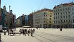 Pas de trottoirs, piétons, voitures et tram se partagent l'espace