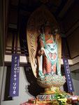 9.2m高さの、大観世音菩薩像。座禅ができる堂も別にある