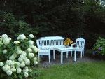 Sitzbank mit Sonnenblumen