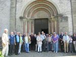 """Die Teilnehmer der Ganztagesfahrt vor dem Westportal der spätromanischen Johanniterkirche (""""Frankendom"""") in Wölchingen"""