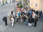 Dr. Thoma bei seiner Begrüßung der Teilnehmer der Ganztagesfahrt vor der Pfarrkirche im Ortskern von Boxberg