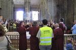 Der Weihrauchfass wird vom 6 Männer durch die ganze Kathedrale geschwenkt.