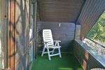Loggia mit Liegestuhl (2 vorhanden mit Polster)