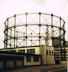 Der weithin sichtbare Gaskessel in der Fabrikstrasse mit Baujahr 1912, im Jahre 1975