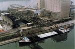 Blick ins Hafenbecken 1 mit dem schnellen Kran Nr.9 der SRN (vorm.Schweizerische Reederei), 1988