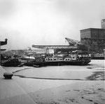 Das gefrorene Hafenbecken 1 im Rheinhafen Basel im Winter 1962/1963 (wochenlang bis 20 Grad unter Null)