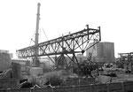 Der Abbruch der Kranbahn des Krans COAL der Kohlenversorgungs AG im Hafenbecken 2, 2002