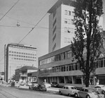 Das Gebäude der National-Zeitung am Aeschenplatz, links daneben die Scheidegger-Garage mit der Renault-Vertretung und ganz hinten das hohe Gebäude der Patria-Versicherung, 1957 (Fotograf: ?)